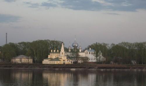 Углич. Вид на Воскресенский монастырь и церковь Рождества Иоанна Предтечи