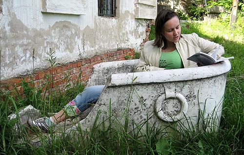 Осколок мраморной ванны перед домом Чернышова
